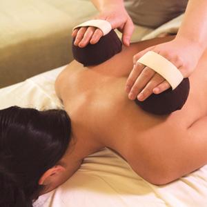 Massage Réconfortant aux Pochons Aromatiques de Provence