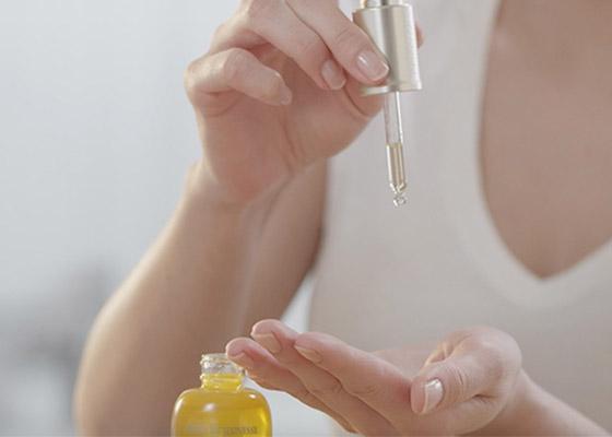 Omladzujúcim pleťovým olejom DIVINE - L'occitane