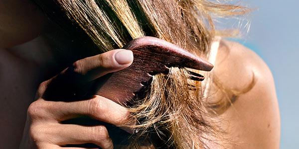 Brushing hair - l'Occitane