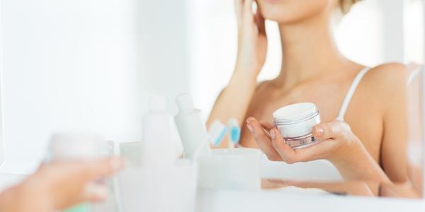 4. 乳液やクリーム、美容オイルで肌にフタをする