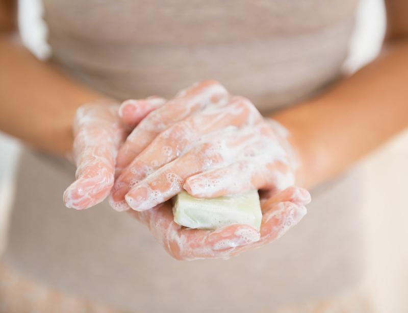 間違った洗顔方法3:洗顔料を十分泡立てない