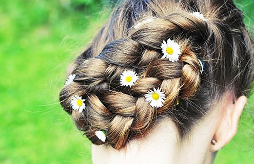夏のヘアアレンジ術<br />ロングヘアを軽やかにまとめて