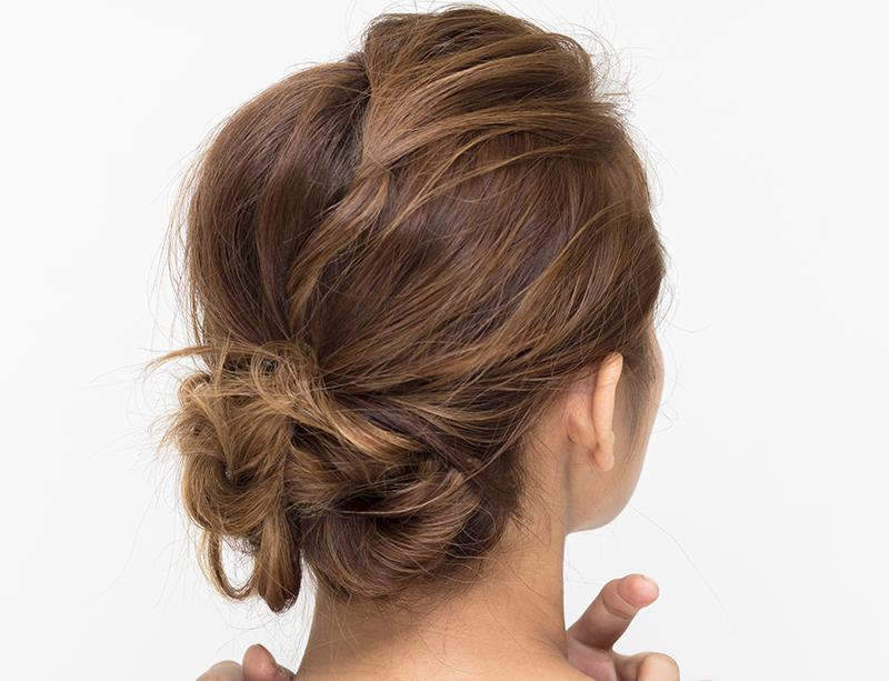 蒸し暑い夏にぴったりのまとめ髪。人気ナンバーワンの「シニヨンヘア」