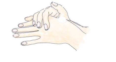 手肌全体にハンドクリームをなじませます。