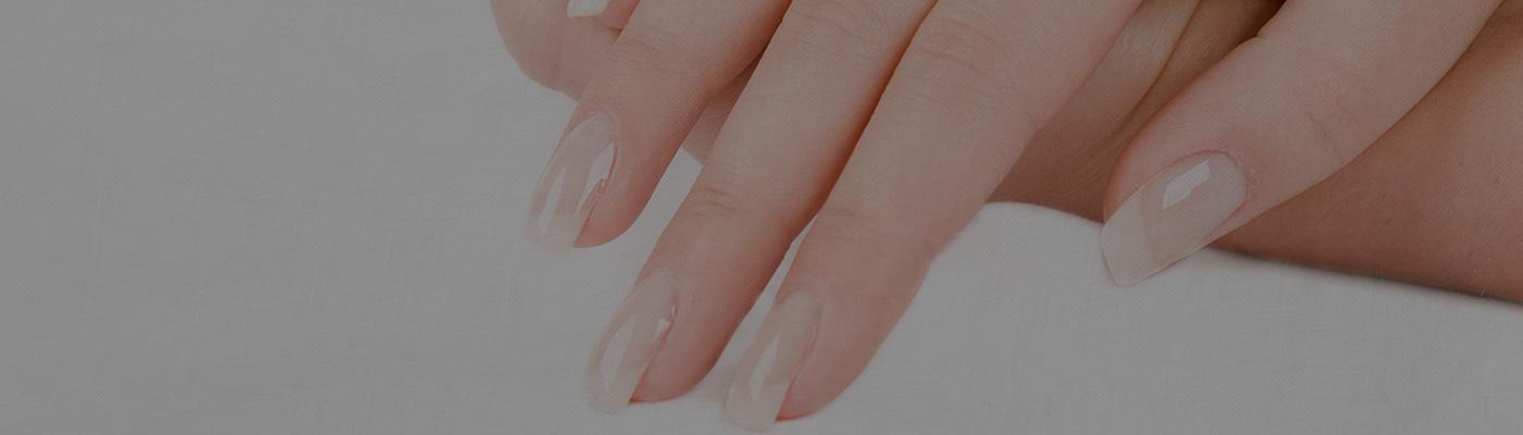 爪のスペシャルケアには、ネイルオイルを。